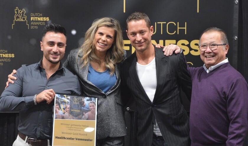 Hikmet Kusakci, Stefan Bakker en Rob Dijkstra (v.l.n.r.) ontvingen de award uit handen van model Kim Kötter en fitgirl Fajah Lourens (nb. teamlid Sanne Visser ontbreekt op de foto)