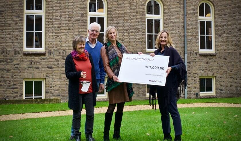 Evi Velders, Aad de Wit en Anne Smaal nemen de cheque in ontvangst van Dorien Veerman.