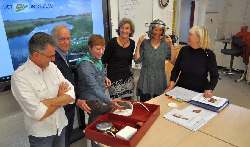 (Vlnr) Onderwijzer van de Molenhoek Jan Castricum, Oer-IJ bestuurslid Jos Teeuwisse, Oer-IJ gids Wil Koopmans, onderwijzeres Nanda Zonjee, Pauline van Vliet van de Stichting Kist en wethouder Cecilia van Weel-Niesten.