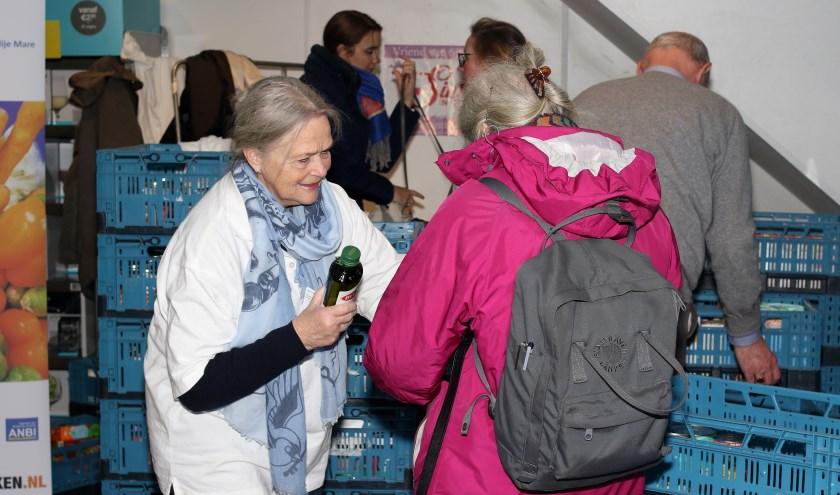 Het winkelend publiek leverde zaterdag houdbare levensmiddelen in voor de Voedselbank.