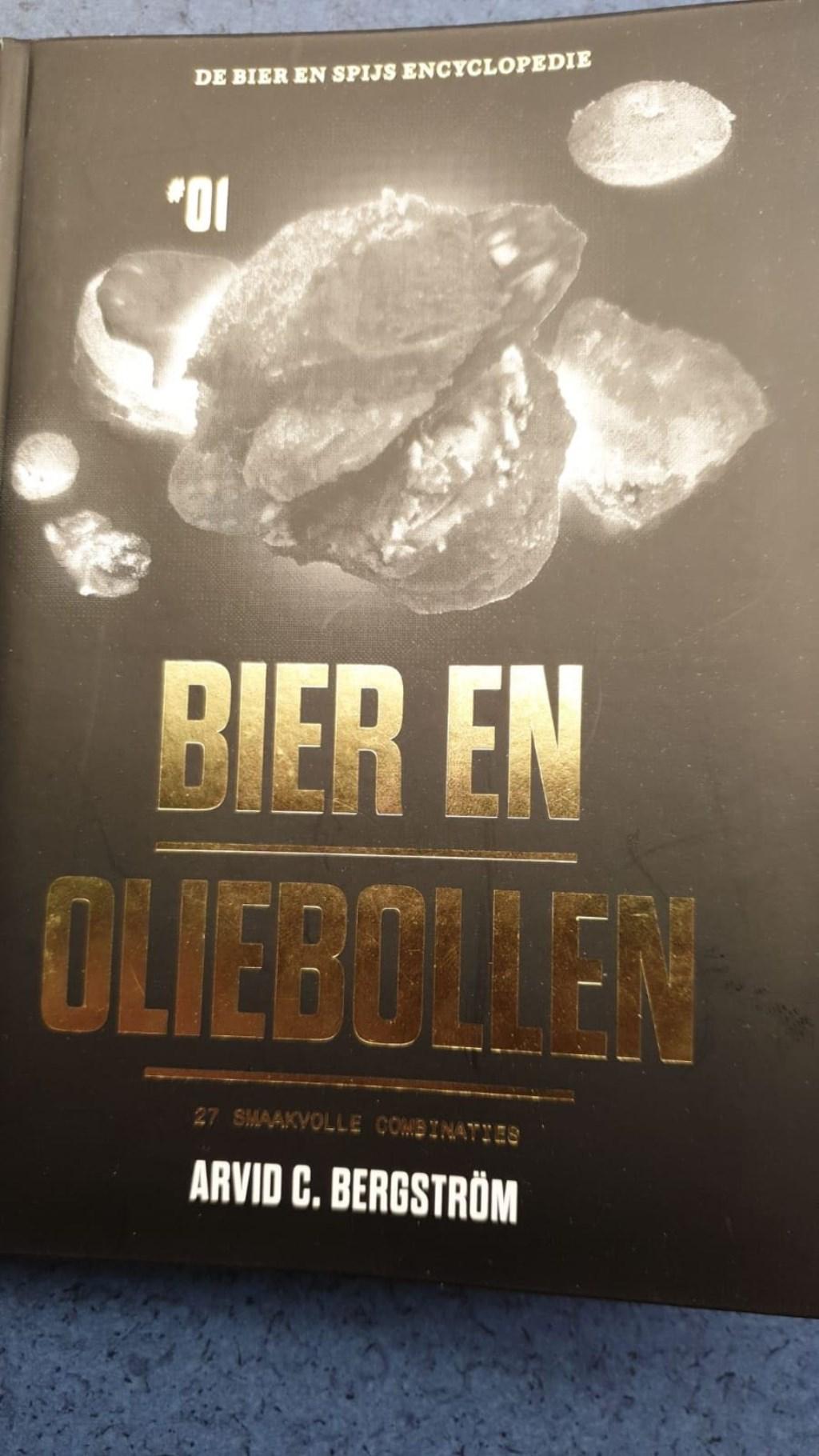 Oliebol aangeboden door winkeliersvereniging. Een gratis oliebol en boekje ter inspiratie ' Bier en Oliebollen'.  © Uitkijkpost Media B.v.