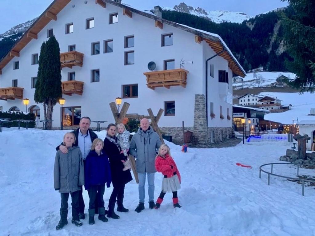 De familie voor hun nieuwe onderkomen in Oostenrijk.  Foto: aangeleverd © Uitkijkpost Media B.v.