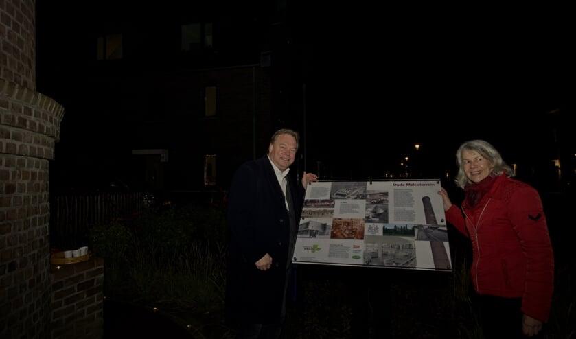 Wethouder Opdam en Anita van Breugel aan de voet van de schoorsteen bij het nieuwe informatiebord.
