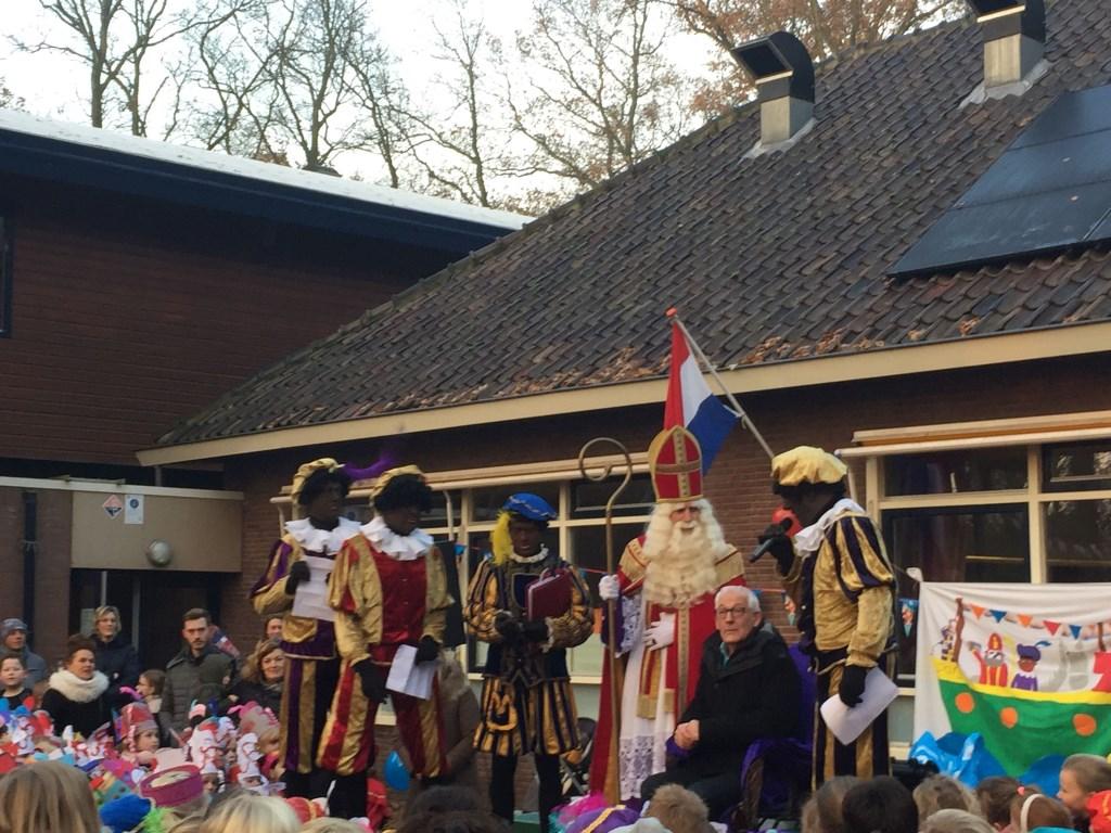 Meester Loek op het podium bij Sint en de Pieten. Foto: aangeleverd © Uitkijkpost Media B.v.