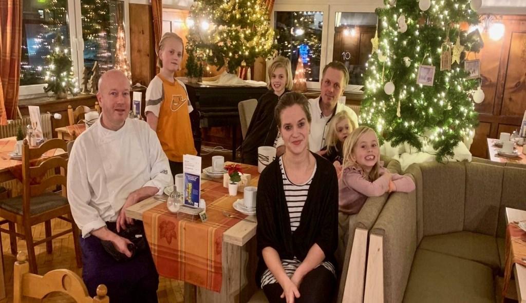 Martin, Linda, broer Anton en de kinderen vieren een witte Kerst in hun Oostenrijkse hotel. Foto: aangeleverd © Uitkijkpost Media B.v.