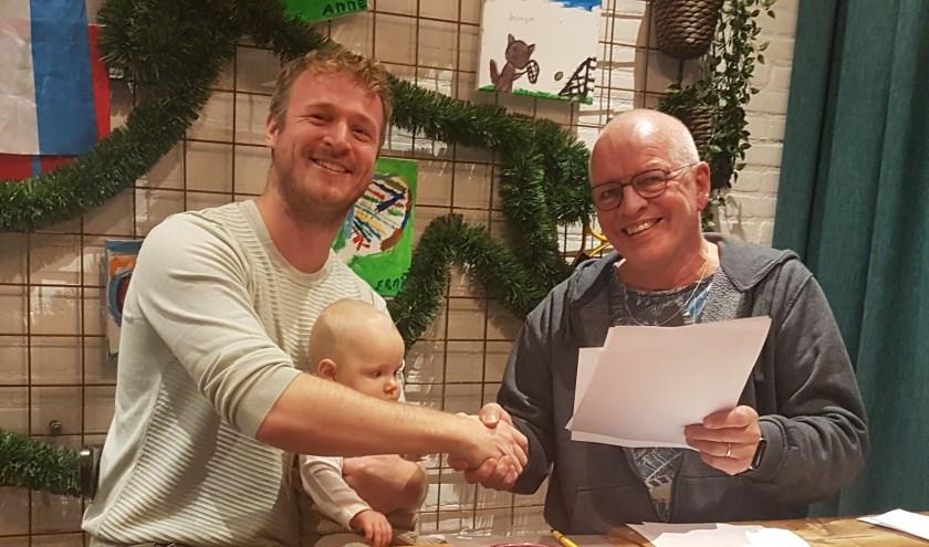 Links Mark Bonne van Hopman ERA Makelaars met dochter Febe en rechts voorzitter Gert Jan van Steenis.
