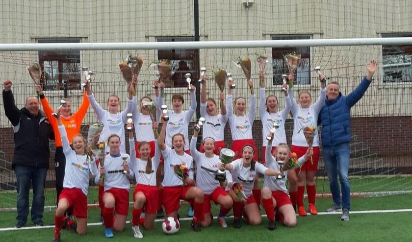 De meiden van MO17-02 van Foresters zijn blij!