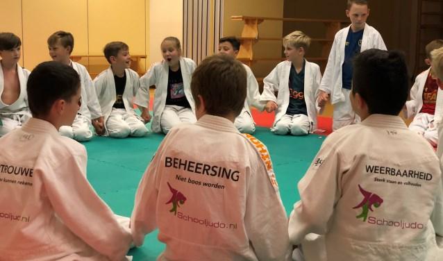 Vertrouwen, beheersing en weerbaarheid zijn drie van de zes waarden die de kinderen leren tijdens de lessen schooljudo.