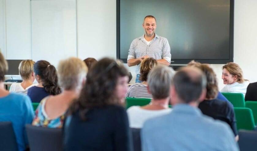 Marcel van Herpen houdt een masterclass over pedagogische tact voor ISOB-medewerkers.