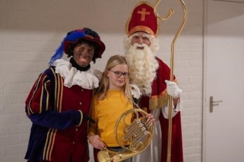 Sint en Piet hadden het geluk om met Dorienke en haar nieuwe hoorn op de foto te mogen