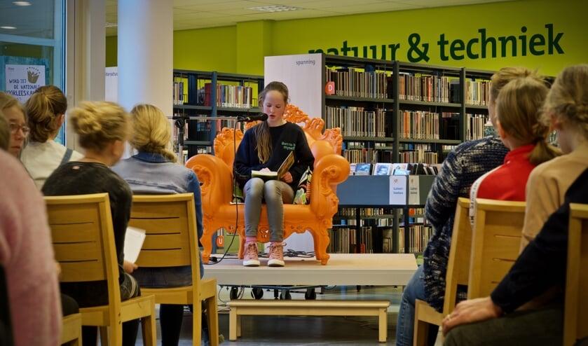 Winnares Fay Lock leest voor uit Dirkje Bakkes, brandnetelspecialist.