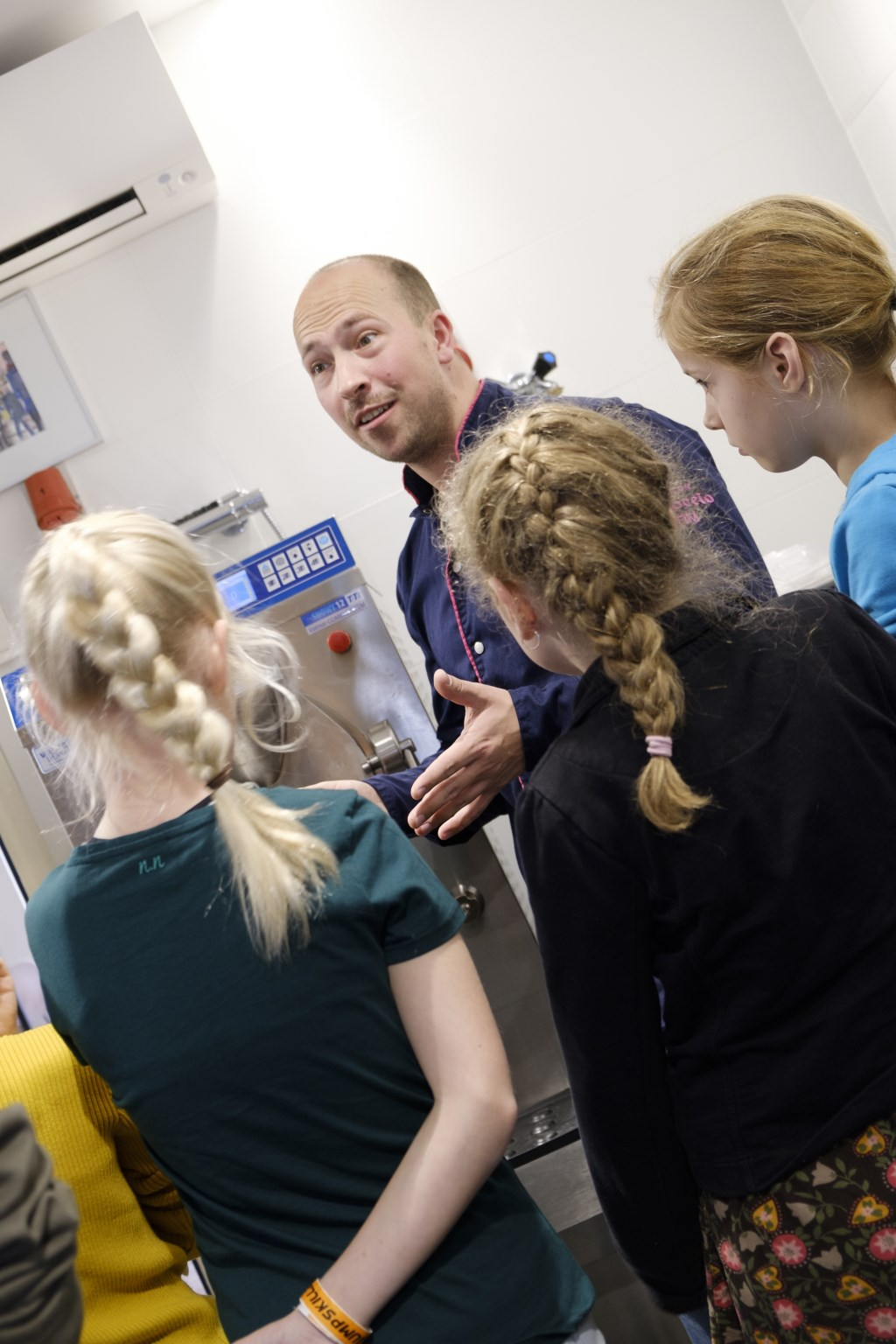 Er wordt aandachtig geluisterd naar ijsmaker Tim. Foto: IwanBronkhorst.nl © Uitkijkpost Media B.v.