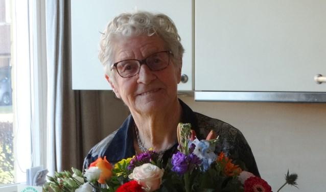 Mevrouw Ligthart met haar welverdiende bloemen.