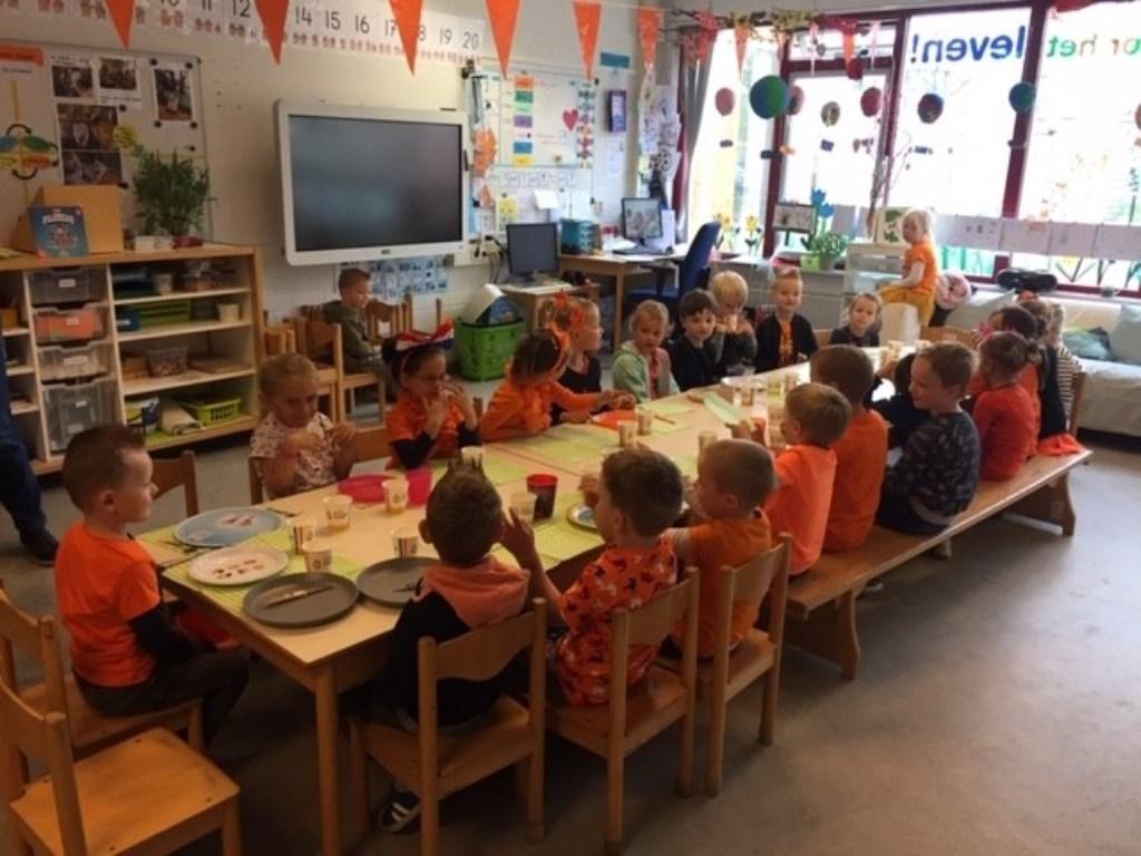 Paulusschool: gezellig samen aan een lange tafel eten.  Foto: aangeleverd © Uitkijkpost Media B.v.