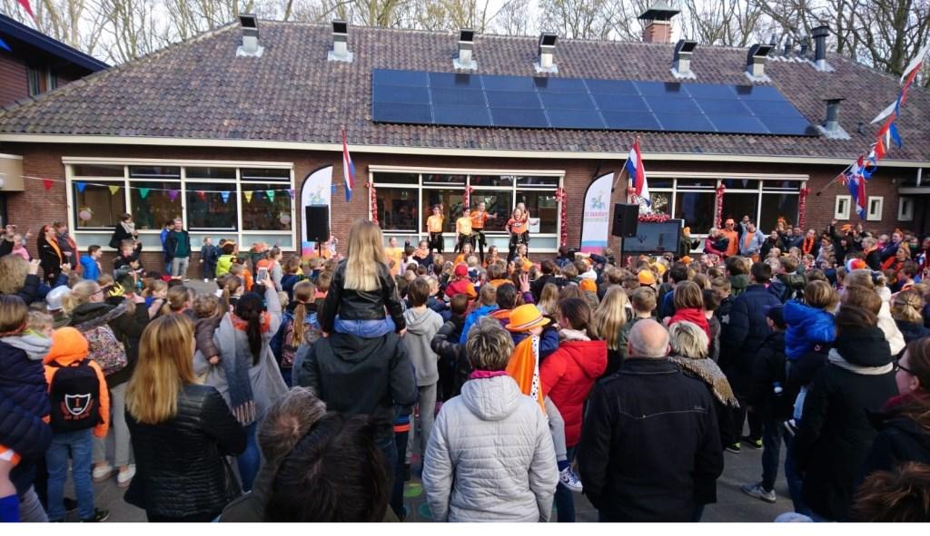Radboudschool: op een vol schoolplein deed de hele school enthousiast mee aan de warming up met natuurlijk ook de Pasapas.  Foto: aangeleverd © Uitkijkpost Media B.v.