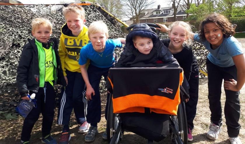 Torre met naast hem zijn zusje Senna en een aantal andere enthousiaste kinderen die deelnamen aan de sponsorloop