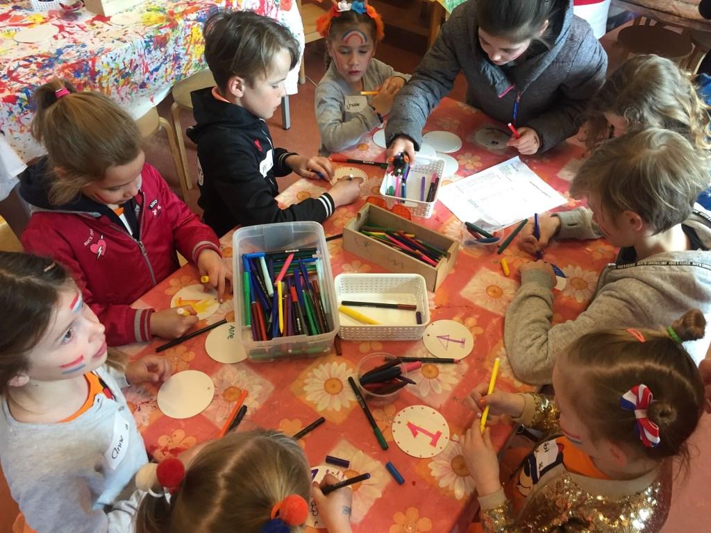 Radboudschool: de kinderen maken allemaal een medaille.  Foto: aangeleverd © Uitkijkpost Media B.v.