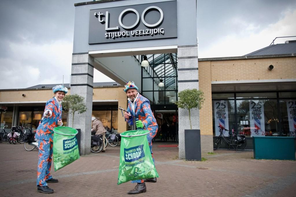 Er werd veel zwerfvuil rondom Winkelcentrum 't Loo opgehaald. Foto: STiP Fotografie © Uitkijkpost Media B.v.