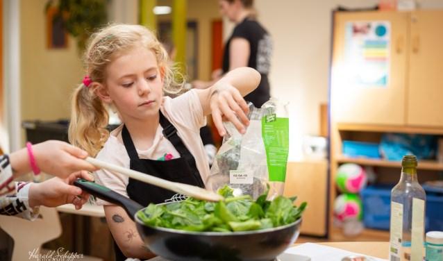 De leerlingen van groep 3 en 4 van de Willibrordschool gingen vol overgave aan het koken onder leiding van De Kookschool.