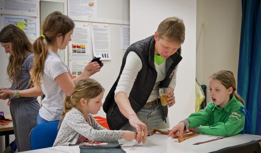 Stella, Marith, Dyanthe en Phaedra tijdens de workshop van Alida.