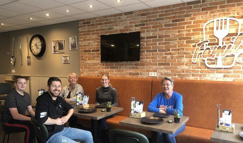 Jacqueline met een aantal medewerkers in het vernieuwde interieur van Cafetaria Family Uitgeest