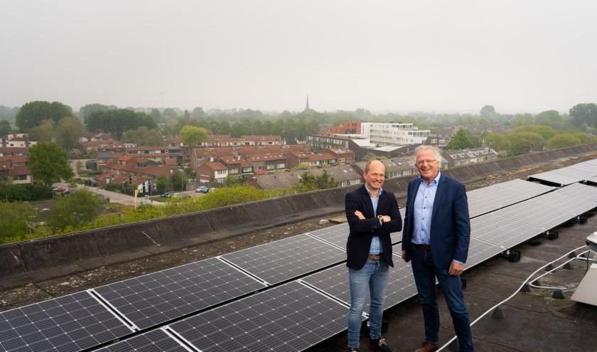Appartementencomplex Geulstraat in Alkmaar is voorzien van zonnepanelen. Bauke Bakker (links) en Dick Tromp intensiveren samenwerking.