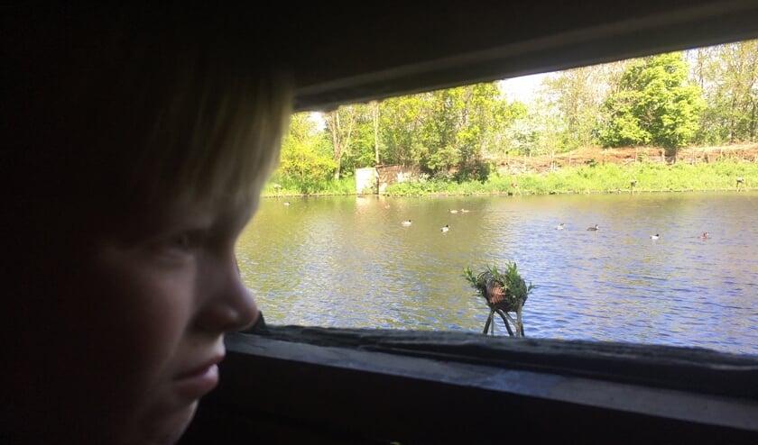De 7-jarige Max in het kijkhutje.