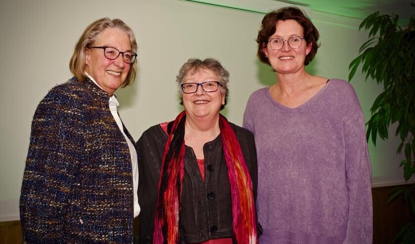 Schrijfster en regisseuse Martine Faber temidden van Marianne Rutgers (l) en Anneke Bakker-Keijsper (r).