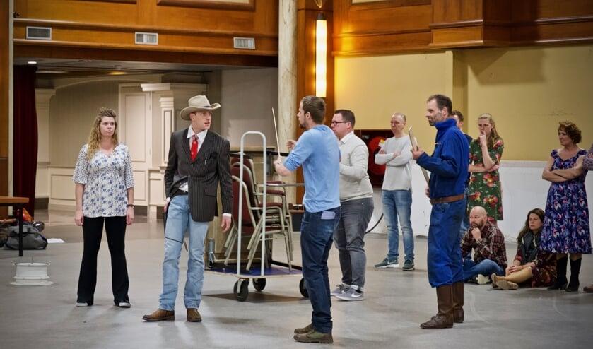 Hoofdrolspelers Jozefien Stam en David Sealtiel tijdens de repetitie in Hotel Zuiderduin.