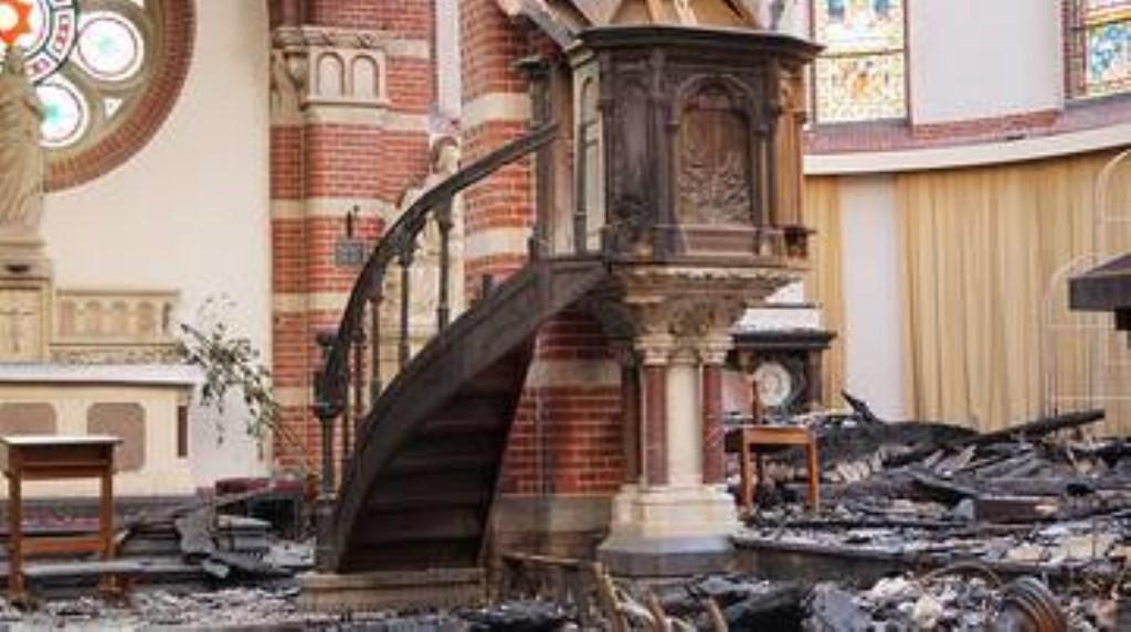 De ravage in de kerk was enorm na de brand.