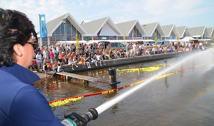 Burgemeester Wendy Verkleij in actie tijdens de badeendjesrace