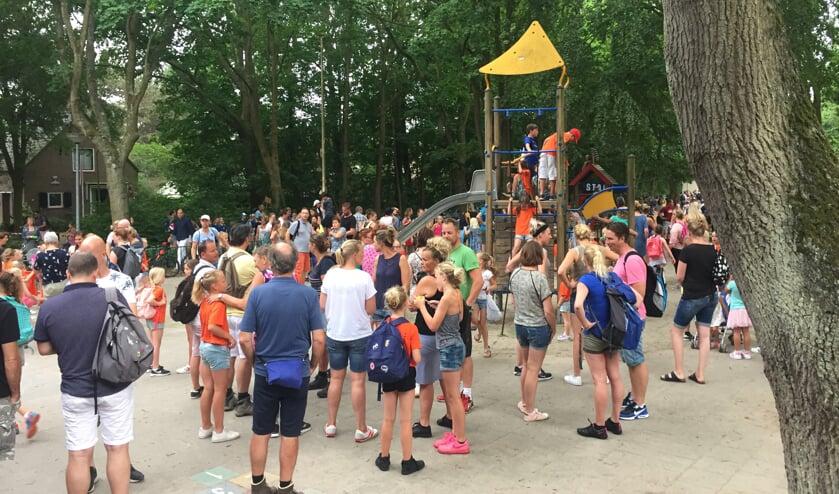 Gezellige drukte bij de start in 2018 op het schoolplein van de Radboudschool.