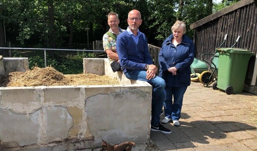 V.l.n.r.: Tom, Bart en Thea, met op de voorgrond een geitje van 8 dagen jong.