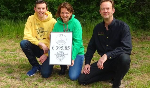 Frans Ruiter (rechts) overhandigt de cheque aan Alexander Smit en Wendy Koedijk.