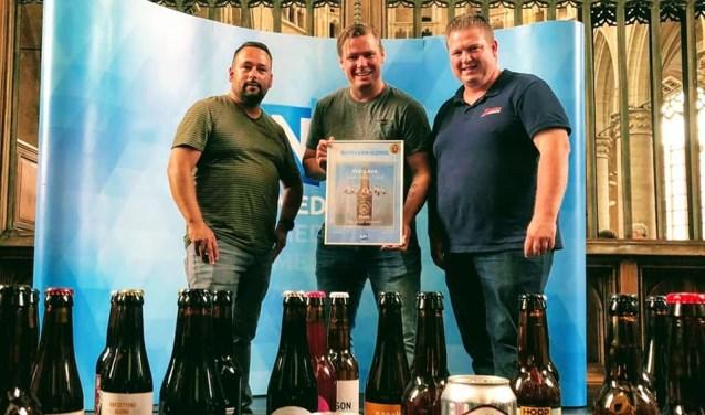 Bier door Mannen op het podium met de prijs.
