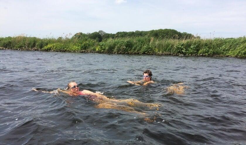 Links Mariëlle en rechts Jantien die natuurlijk ook in open water hebben getraind.