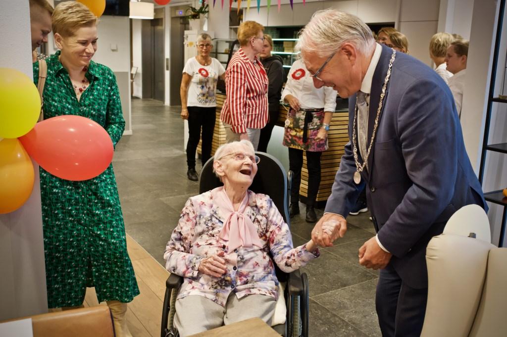 Burgemeester Hans Romeyn brengt zijn felicitaties over aan de 100-jarige. Foto: STiP Fotografie © Uitkijkpost Media B.v.