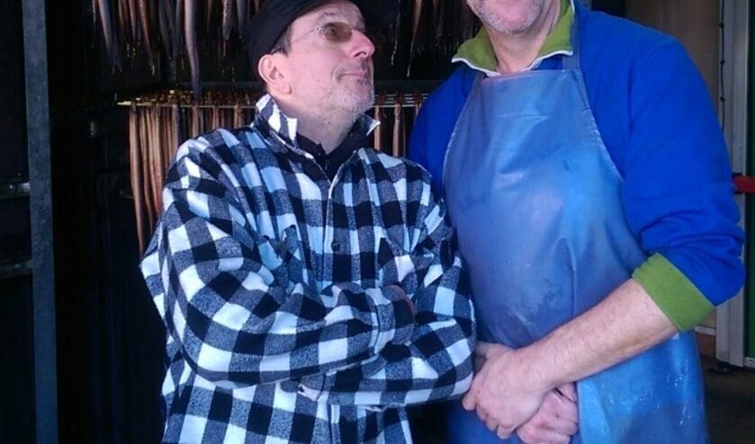 Alain Caron (TV kok) links op bezoek bij de rookmeester van Dilvis, John Scheepmaker (rechts).