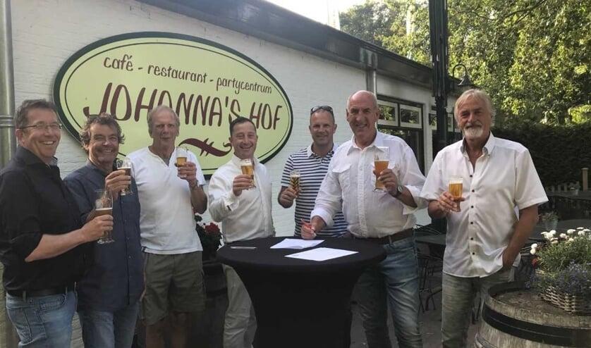 V.l.n.r.: Marc Huys (Penningmeester FC Castricum), John Wulp (bestuurslid Voetbaltechnische Zaken FC Castricum), Willem Jobse (Secretaris FC Castricum), Theo Groentjes (Johanna's Hof), Frank Olgers (bestuurslid Jeugdzaken FC Castricum), Wim Beukers (Voorzitter FC Castricum) en Peter van Splunter (Vi