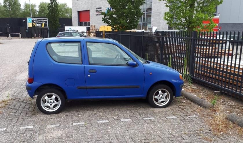 De blauwe Fiat Seicento staat al enige tijd op het terrein bij Bobs Party & Events.