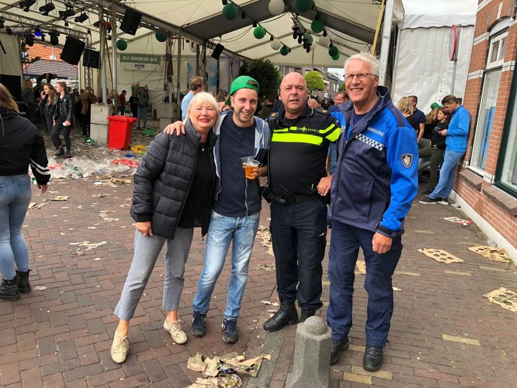 Wethouder Cecilia van Weel, raadslid Thijs van Herpen, wijkagent Frans Pals en BOA Joan Rückert  Foto: Margreeth Anema © Uitkijkpost Media Bv.