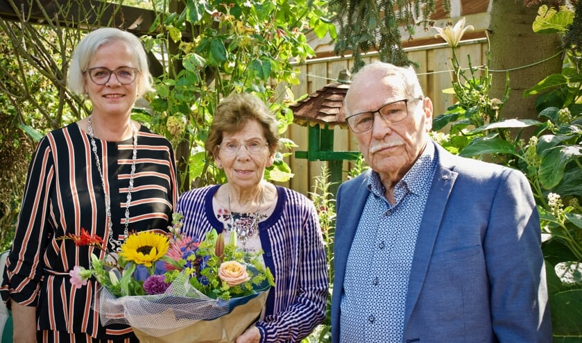 Loco-burgemeester Elly Beens samen met het echtpaar Wit