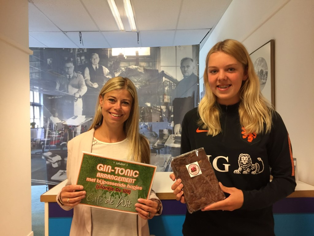Karin Jongerie (links) en Marit Rood (rechts) hebben hun prijs al in ontvangst genomen.  Foto: aangeleverd © Uitkijkpost Media B.v.