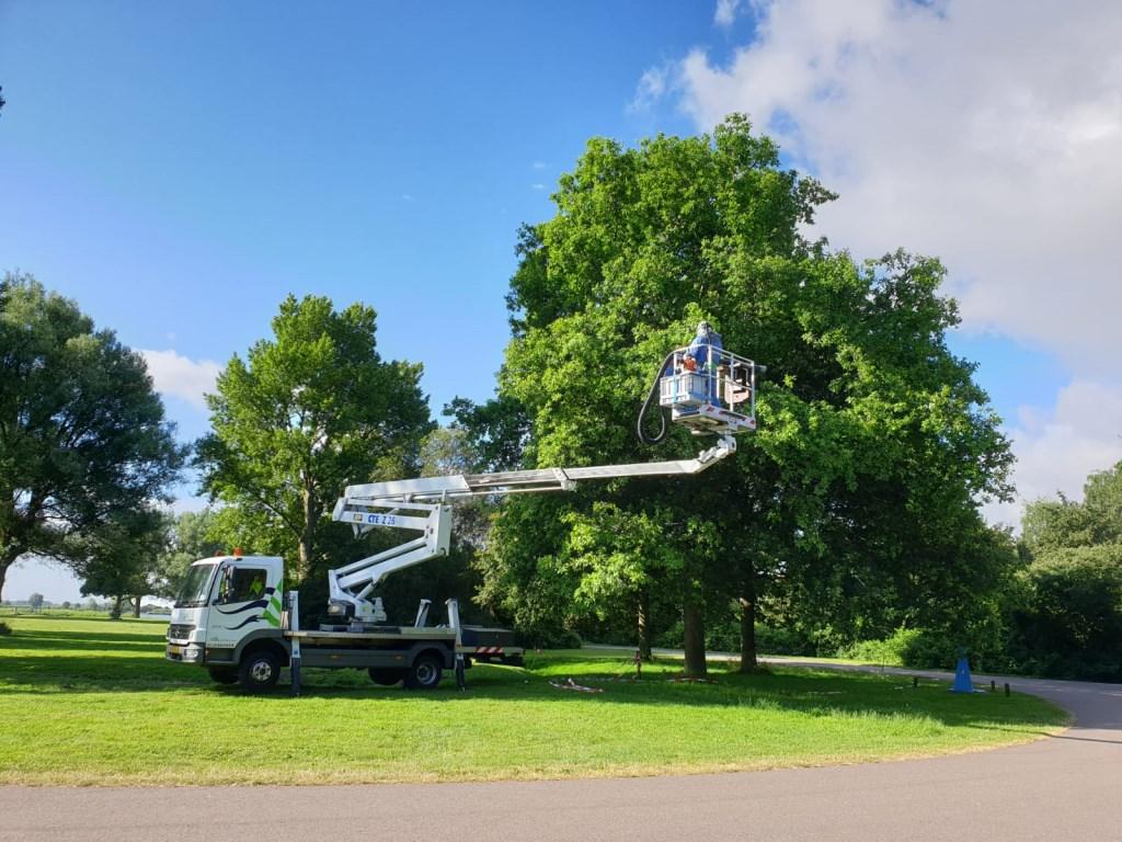 Ook in Uitgeest kwam de Bomenploeg in actie met de hoogwerker. Foto: Edwin Kamp © Uitkijkpost Media B.v.