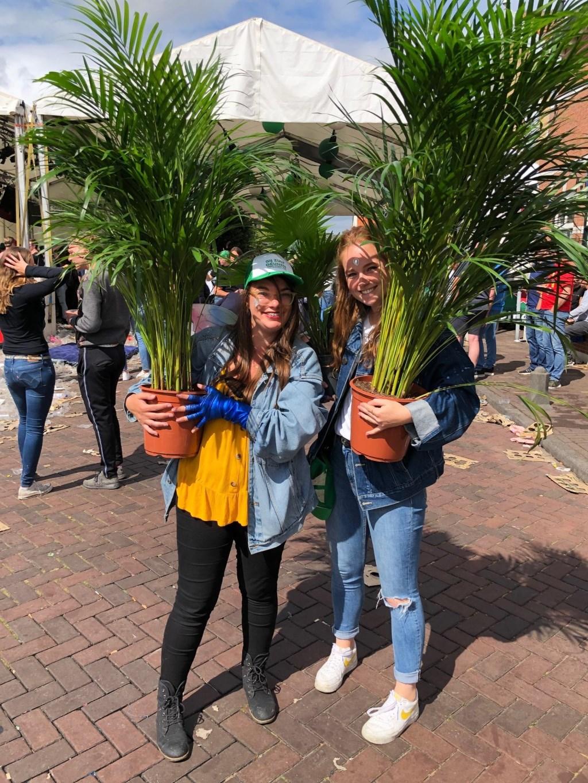 """Steffie en Doris redden de planten na afloop van het deunen. """"Ze hebben nu water nodig, dat is logisch want dat drinken mensen ook als ze een kater hebben."""" Foto: Margreeth Anema © Uitkijkpost Media Bv."""