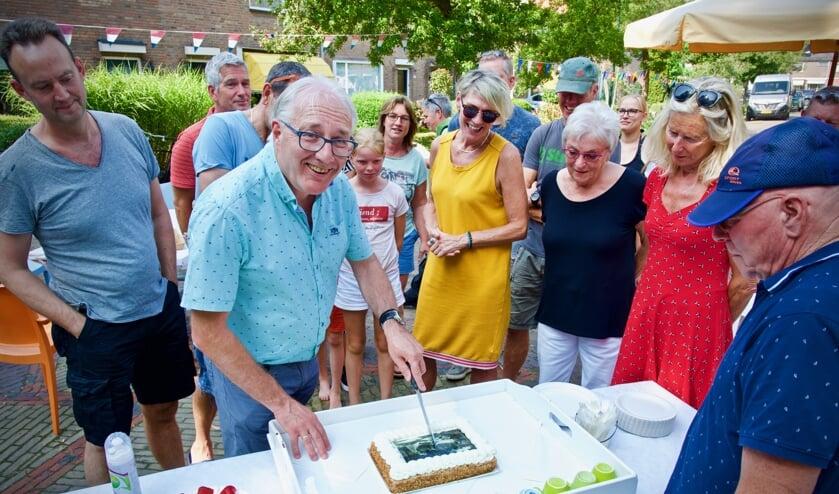 Burgemeester Hans Romeyn snijdt de speciale 'Het Bleekveld-taart' aan onder het toeziend oog van de bewoners.
