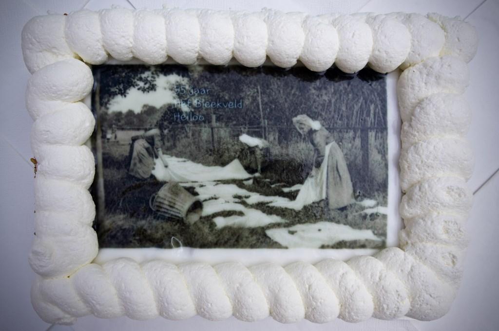 De speciale 'Het Bleekveld-taart' met daarop een foto van hoe het ooit was. Foto: STiP Fotografie © Uitkijkpost Media B.v.