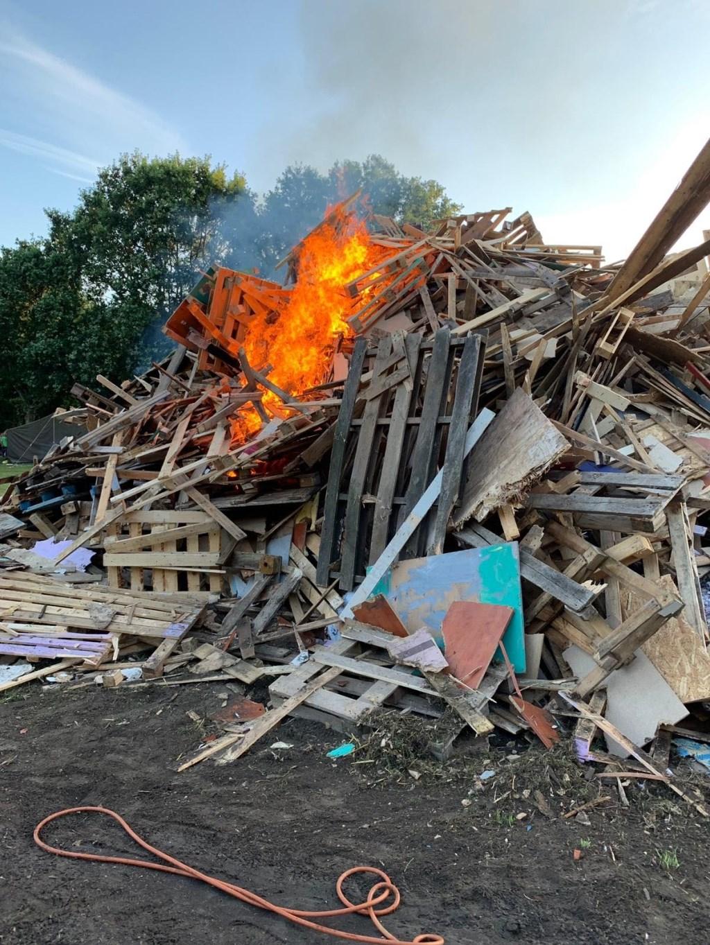 De eerste vlammen komen echt tevoorschijn.  Foto: Jack Schaap © Uitkijkpost Media B.v.