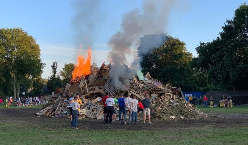 De grote stapel begint steeds meer vlam te vatten.