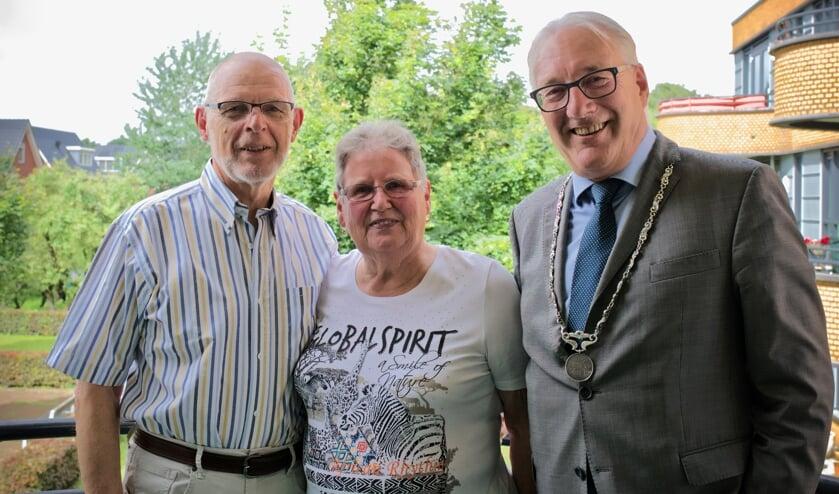 Echtpaar Van Roode samen met burgemeester Hans Romeyn.